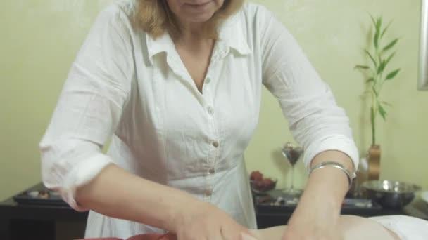 Tvář masérka aby tvrdá masáž tuku žaludek na dospělé ženy v salónu krásy