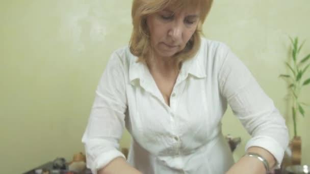 Masérka dělat masáž tuku žaludek ženu v profesionálním salónu. Brnění