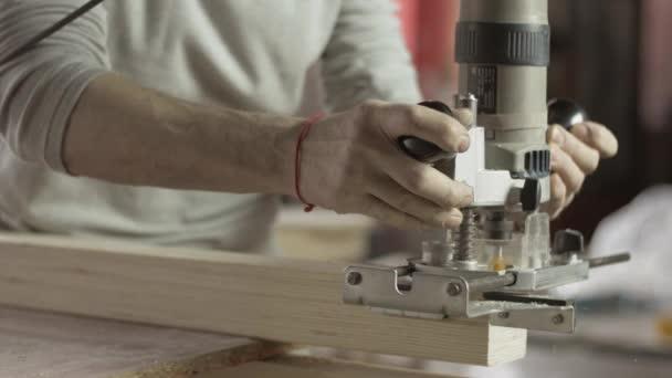 Profesionální zámečnické dřevěné prkénko propad směrovačem. Léčba