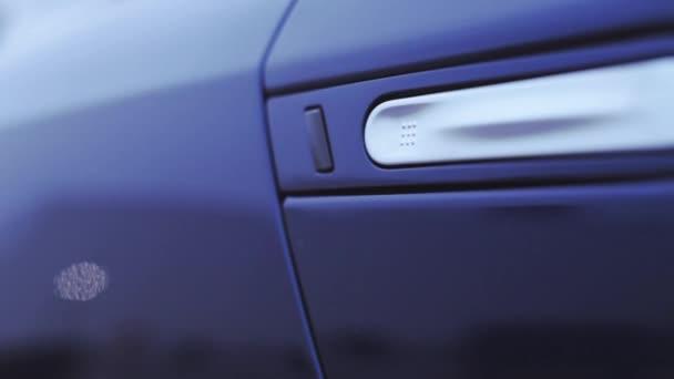 Pohled na úchyt na dveře tmavě modré nové auto. Prezentace. Zobrazeno. Automobilu. Studené odstíny