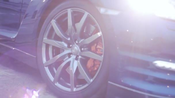 Disk kola tmavě modré nové auto v slunečních paprsků. Prezentace. Světla. Automobilu. Studené odstíny