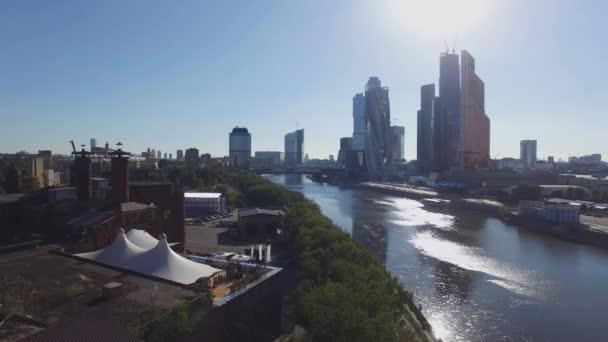 Quadrocopter střílet panorama z moskevské Mezinárodní obchodní centrum od řeky. Letní slunečný den