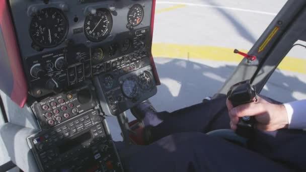 vue au pilote prendre la poigne de commande partir en hlicoptre camra l