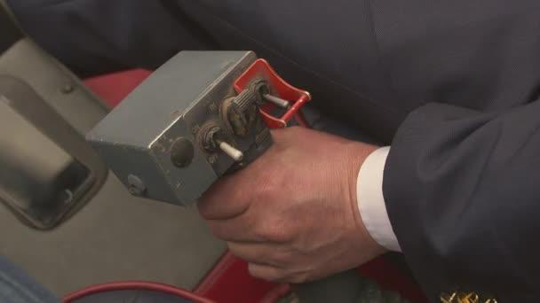 Nézd a szabályzó kart a repülő helikopter pilóta kéznél. Kamera belsejében. Kísérleti légiutas-kísérő. Fogantyú
