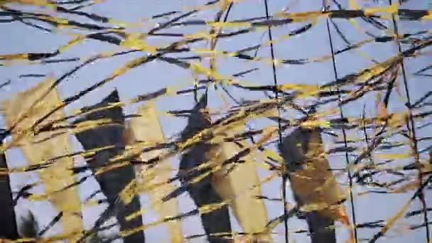 Černé a žluté pásky mávat před větrem v letní slunečný den. Festivalu. Událost. Příznaky