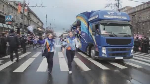 Petrohrad, Rusko-27. října 2013: běh holek v uniformě s pom Poma. Retranslační závod Sochi olympijského ohně v Petrohradu. Autobus