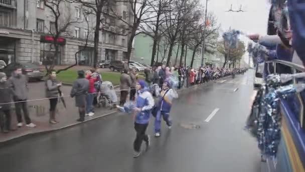 Petrohrad, Rusko-27. října 2013: běžící mládež v uniformě s pom Poma. V Petrohradě se rozjížďka olympijského ohně Sochi