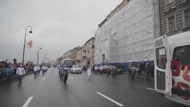 Petrohrad, Rusko-27. října 2013: závody v Petrohradě v říjnu v Petrohradu. Olympijský kortege. Světlonoš. Dobrovolníků