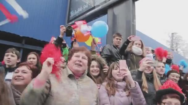 Petrohrad, Rusko - 27 října 2013: štafeta Soči olympijské pochodně v Petrohradu. Světlonoš dává rozhovor. Lidé mávají pom pom