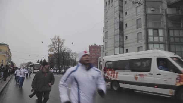 Petrohrad, Rusko - 27 října 2013: štafeta Soči olympijský oheň v Petrohradu v říjnu. Průvod v čele běhu světlonoš