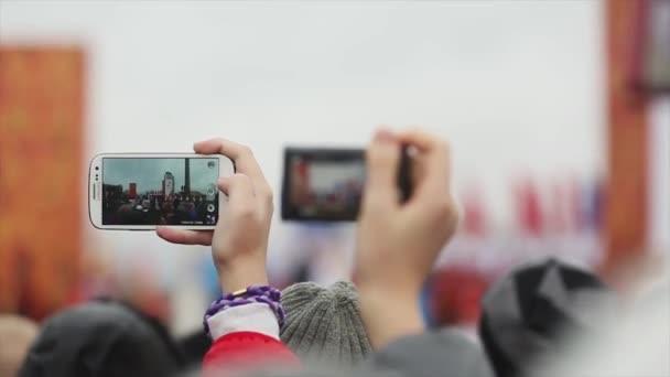 Petrohrad, Rusko - 27 října 2013: štafeta Soči olympijský oheň v Petrohradu. Lidé střílet fáze na smartphony. Ruské vlajky