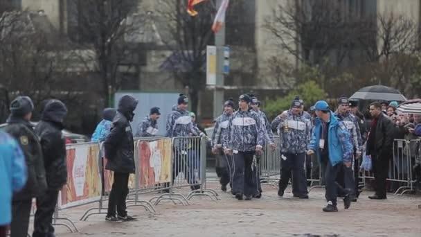Petrohrad, Rusko - 27 října 2013: štafeta Soči olympijské pochodně v Petrohradu. Muži přinést zápis svícen zapálit olympijský oheň