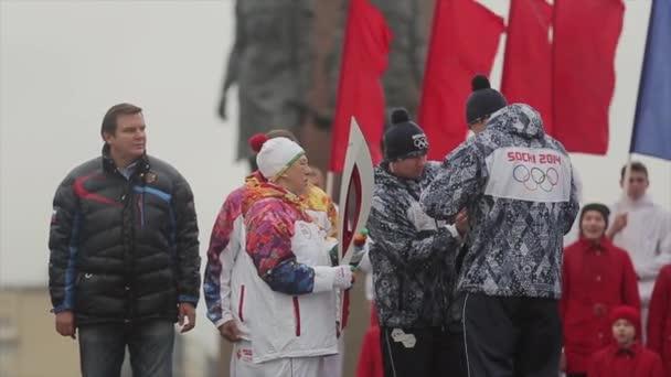Petrohrad, Rusko - 27 října 2013: Zapal Zybina Soči olympijský oheň na jevišti. Zahájit štafetový závod v Petrohradu. Dětský sbor