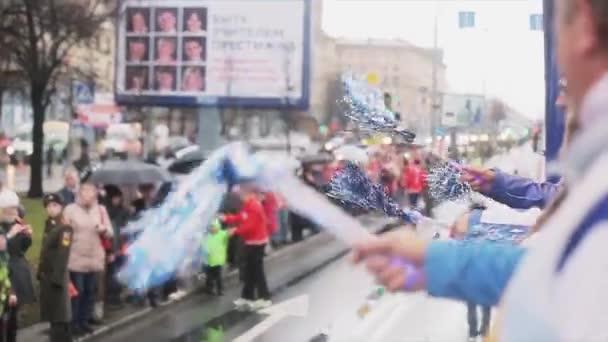 Petrohrad, Rusko-27. října 2013: autobus s dobrovolníky, třesoucí se povol. V Petrohradě se rozjížďka olympijského ohně Sochi.