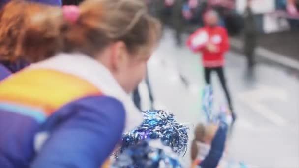 Petrohrad, Rusko-27. října 2013: dobrovolníci třese pudem povol lidem z autobusu. V Petrohradě se rozjížďka olympijského ohně Sochi