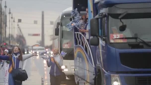 Petrohrad, Rusko-27. října 2013: pěší dobrovolníci a v autobuse pom pom. V Petrohradě se rozjížďka olympijského ohně Sochi