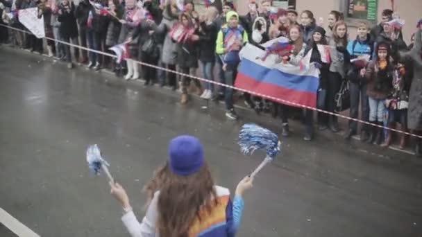 Petrohrad, Rusko-27. října 2013: ženská na zadní straně Lidé. V Petrohradě se rozjížďka olympijského ohně Sochi
