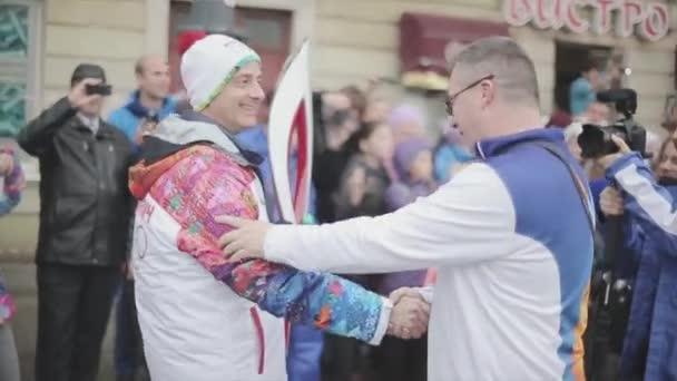 Petrohrad, Rusko-27. října 2013: dobrovolník, nositel ruky. Lidé. V Petrohradě se rozjížďka olympijského ohně Sochi
