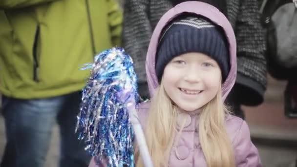 Petrohrad, Rusko-27. října 2013: malá blondýnka usměvavá holka v kameře. Lidé. Sportovní událost