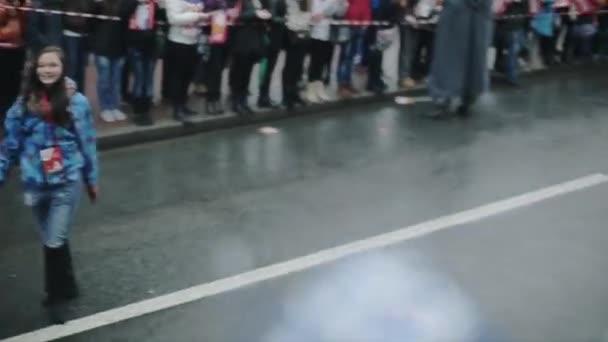 Petrohrad, Rusko-27. října 2013: dobrovolníci dávají pět na Tora. V pom pom. V Petrohradě se rozjížďka olympijského ohně Sochi