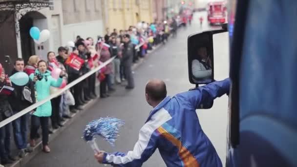 Petrohrad, Rusko-27. října 2013: kluk se třese povol pomem a zůstane u dveří autobusu. V Petrohradě se rozjížďka olympijského ohně Sochi