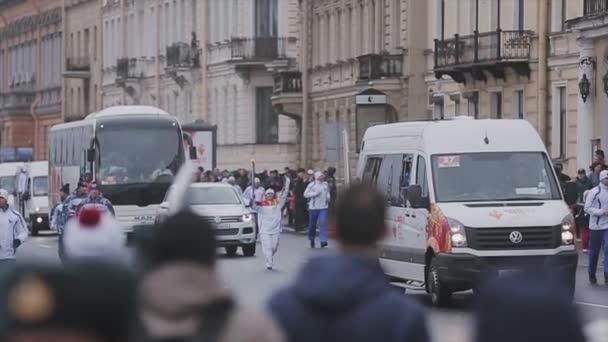 Petrohrad, Rusko-27. října 2013: závody v Petrohradě v říjnu v Petrohradu. Běžící posel. Stráže. Kortege