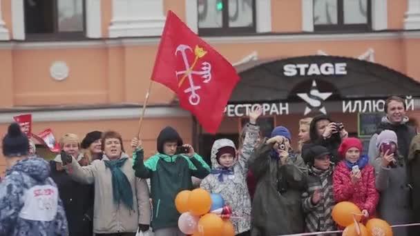 Petrohrad, Rusko-27. října 2013: závod ve společnosti Sochi olympijská pochodeň v Petrohradě. Dav lidí se díval na běžící Tora