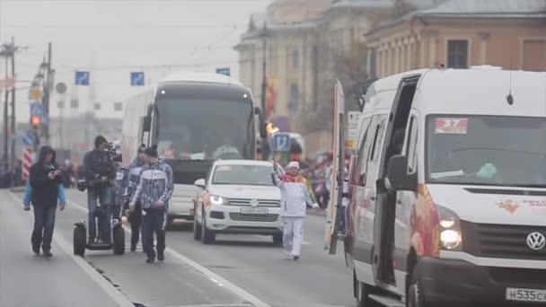 Petrohrad, Rusko-27. října 2013: závody v Petrohradě v říjnu v Petrohradu. Běžící posel. V cortege. Kameraman