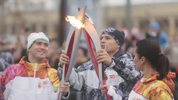Petrohrad, Rusko-27. října 2013: závody v Petrohradě v říjnu v Petrohradu. Televizní hvězda Kandelaki projíždějí ohněm do Keržakova