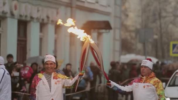 Petrohrad, Rusko-27. října 2013: závody v Petrohradě olympijský plamen. V plamenech šťastný Bari.