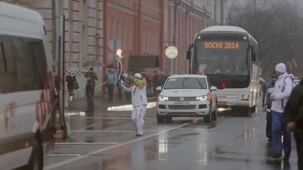 Petrohrad, Rusko-27. října 2013: závody v Petrohradě v říjnu v Petrohradu. Bari s ohněm. V cortege. Déšť