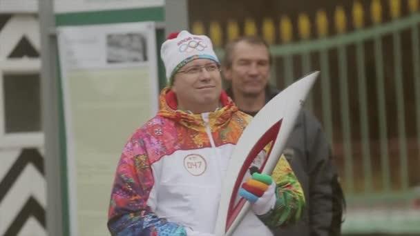Petrohrad, Rusko - 27 října 2013: štafeta olympijského ohně v Petrohradu v říjnu. Světlonoš připravit pro spuštění.
