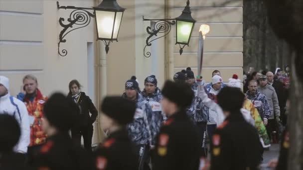 Petrohrad, Rusko-27. října 2013: závody v Petrohradě olympijský plamen. Pochodování s ohněm. Muži v vojenské uniformě