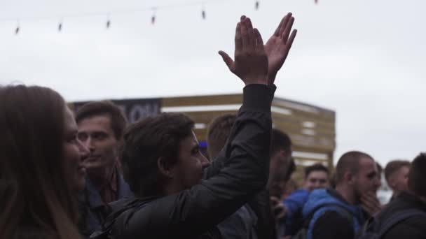 Saint petersburg, russland - 28. mai 2016: junger glücklicher mann applaudiert auf dem vapers festival unter anderen menschen. Dampf ab. Menschenmenge