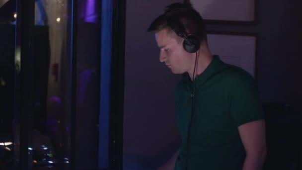 DJ fonó, lemezjátszó, buli, szórakozóhely. Berendezések. Fejhallgató. Zene