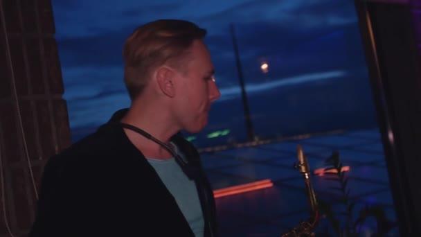 Ember játszani a szaxofon fél nightclub. Zenész. Művész. Ünnepek.