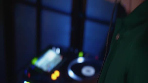 DJ fonó, lemezjátszó, buli, szórakozóhely. Keverés. Fejhallgató. Fények.