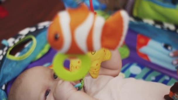 Madre Juguetes Cuna Colores Con La Mentira Joven Hablar En Pequeña De Bebé Jugando lFcK1JT3