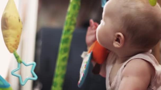 Tappeti Colorati Per Bambini : Piccolo bambino sveglio che gioca con i giocattoli colorati sul