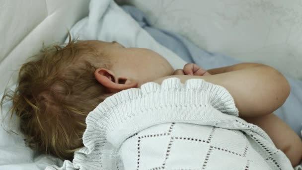 Malý chlapec spí na pohovce. Dítě. Dětství. Sny. Unavený.
