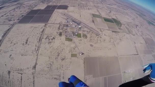 Fallschirmspringer im Himmel über dem sandigen Arizona. sonniger Tag.