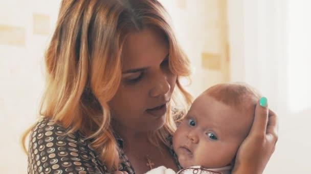 Mami, chatování s roztomilé miminko s modrýma očima. Mateřství. Štěstí