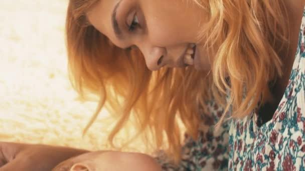Matka, hrát s malým dítětem. Mateřství. Fajn. Dítě. Mateřství. Láska