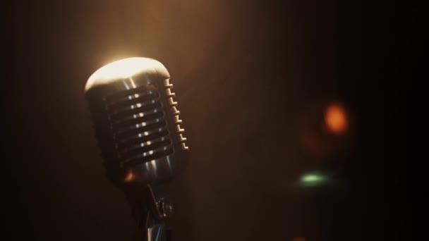 Nézd koncert vintage ragyogás mikrofon marad a színpadon a reflektorfényben. Füst.