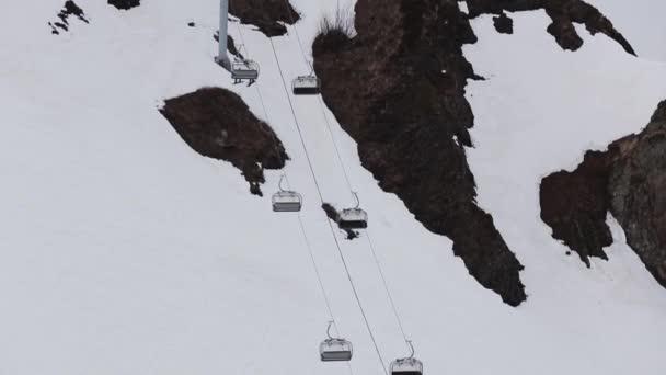 Lyžařské středisko. Pohled na zasněžené hory. Lyžařské vleky. Počasí v šedé. Příroda. Krajina