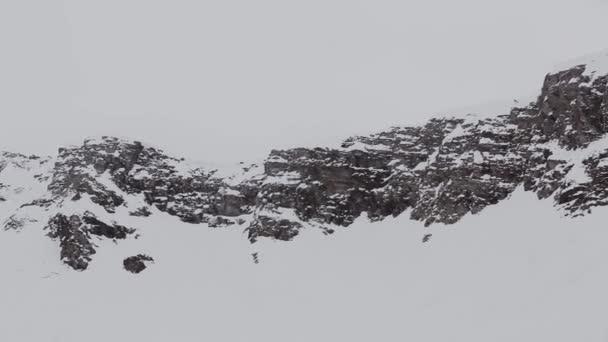 Panoramatický pohled na vrcholky zasněžených hor. Počasí v šedé. Příroda. Krajina