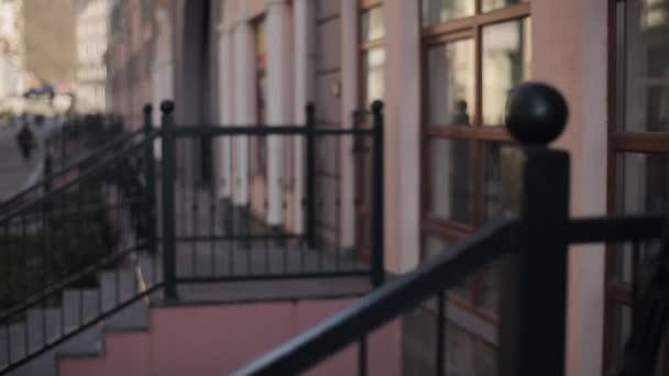 Le Porche D Une Maison regarder le porche d'une maison avec clôture en fer. rue, quelques