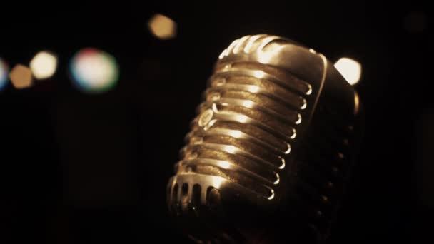 Koncert vintage vakító fény mikrofon a színpadon üres retro Club tisztességesebb