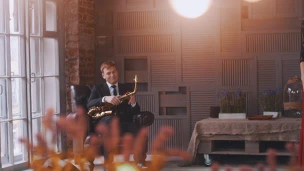 Retro stílusú ruha jazz énekes végre mikrofon. Szaxofonos szék — Stock  videók 79aa895dcb