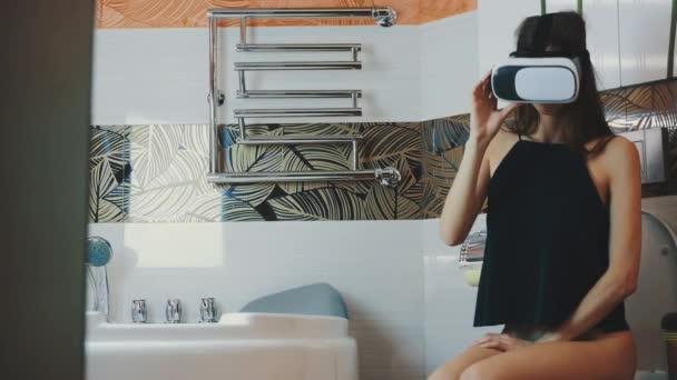 Девушке в туалете видео
